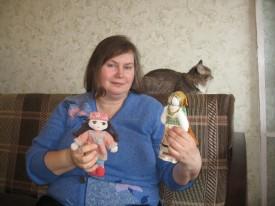 Зі своїми першими ляльками. Ляльку з очима майстриня робила 20 років тому.