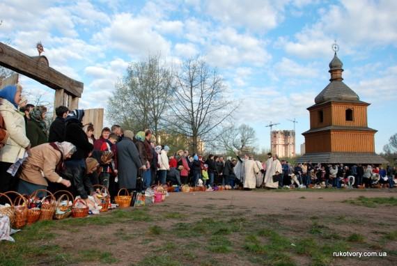 Посвятити Великодню їжу прийшли тисячі прихожан церкви на Мамаєвій Слободі