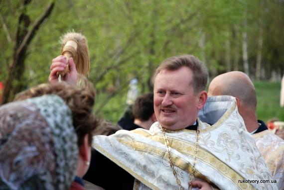 Отець Роман щедро освячував парафіян