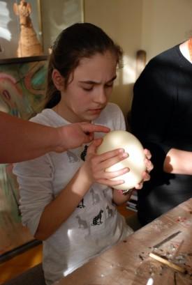 Зоя Сташук показує молодій писанкарці страусине яйце