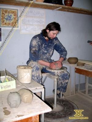 Іван Бобков, художник-кераміст. Зліва - шматки кількох видів глини