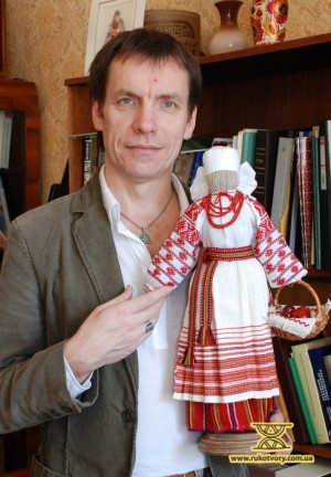Юрій Мельничук з нитяною лялькою, на якій відворений