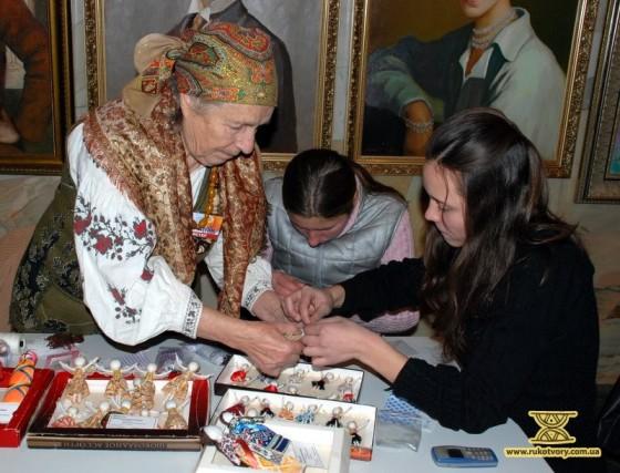 Над створенням ляльки-мотанки разом з Варварою Мацеллою