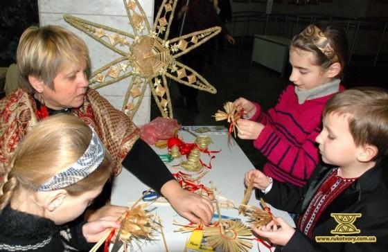 Ірина Білай показує, як робити коника з соломки