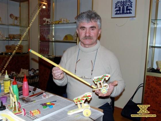 Семен Тлустий з яворівською іграшкою