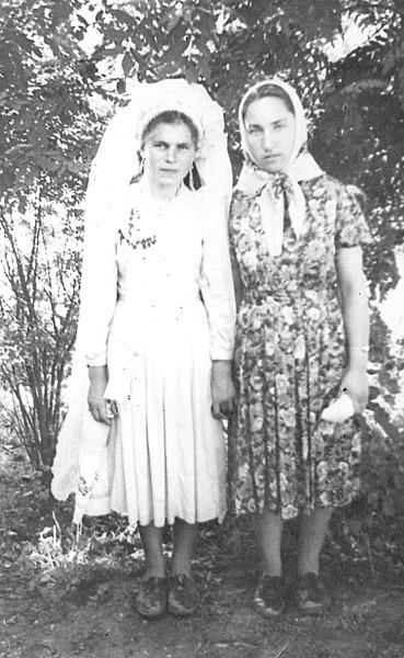 19-річна Марія Степанишина (праворуч) зі своєю подругою Надією Тракалюк, село Гордіївка Тростянецького району на Вінниччині, 1965 рік. Надія у весільній сукні зі штапелю. Замовляла її у сільській швейній. Вінок і фату купувала на базарі (фото з сімейного архіву Марії Степанишиної).