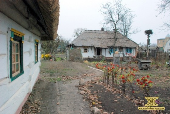 Зліва: садиба дворянина, справа: садиба селянина