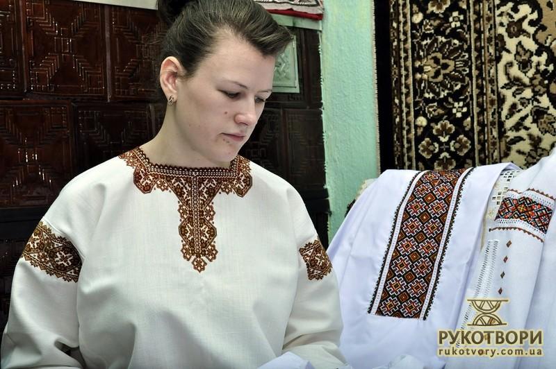 Галина у сорочці своєї бабусі. Зразок вишивки ed3b3d3611d97