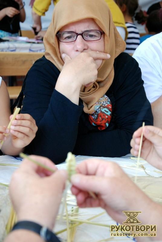 Туркені уважно спостерігали за руками Марії Кравчук, намагаючись розгадати секрети плетіння