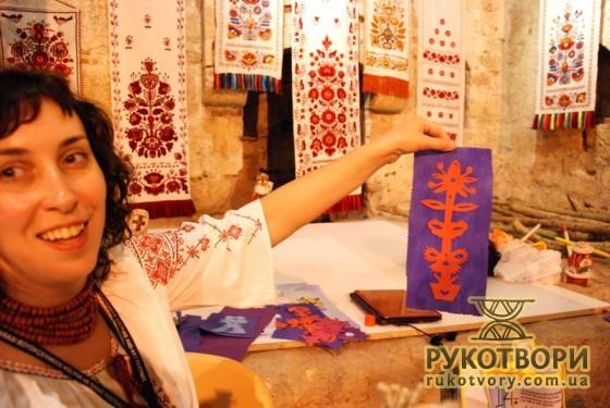 Під час фестивалю Лариса Теліженко розкрила в собі талант витинанкарки