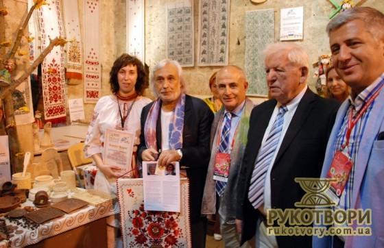 Лариса Теліженко з мером міста та іншими дипломатами