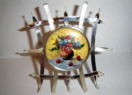 Фото зі сторінки художниці на Facebook: Sofi Etsadashvili Enamel Jewelry