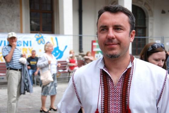 Польський кераміст Пшемислав Пешко придбав собі українську сорочку. Каже, надалі відвідуватиме у цій сорочці культурно-мистецькі заходи