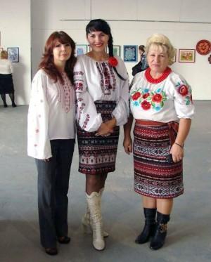 (Зліва-направо) Віта Клеветенко, Вікторія Тимошенко, Валентина Хоменко, майстри петриківського розпису
