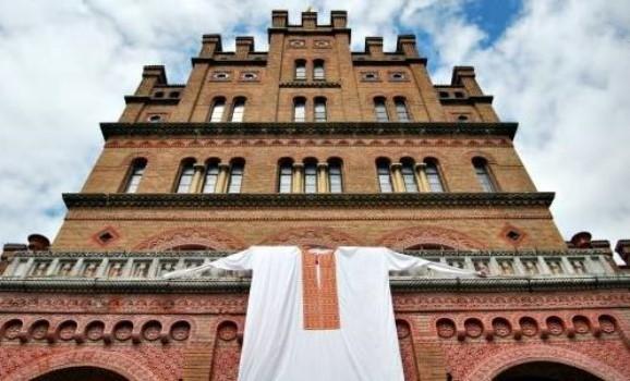 На центральний корпус Чернівецького університету одягли 10-метрову вишиванку