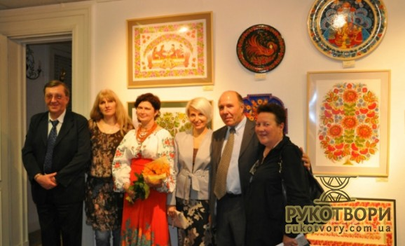 Фотоогляд виставки Петриківського розпису Галини Назаренко в Парижі
