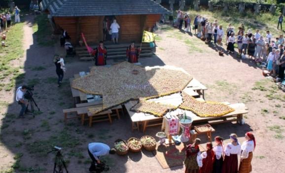 До Спаса на Мамаєвій Слободі виклали карту України з 4 тисяч печених яблук