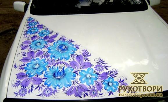 Художниця з Дніпропетровська розписала петриківкою автомобіль