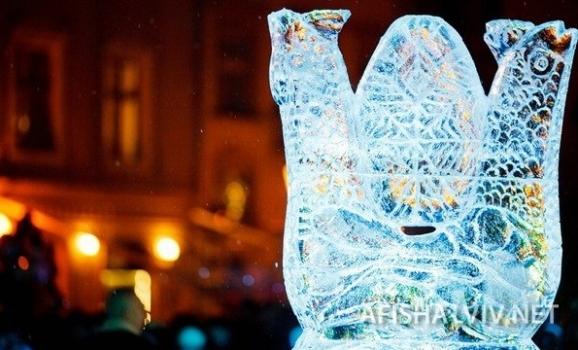 Львівські майстри витесують з криги символи різдвяних свят