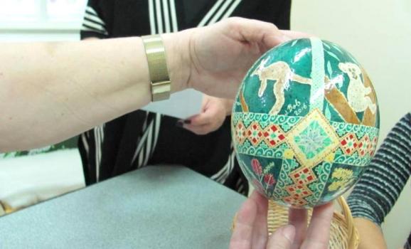 Українки з Австралії подарували Музею писанок у Коломиї особливу колекцію