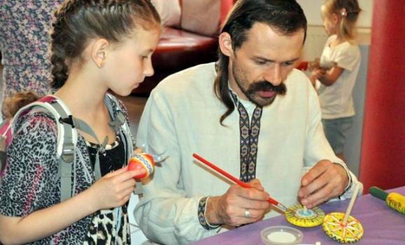 «Діти бавляться» — нова виставка у Музеї писанкового розпису