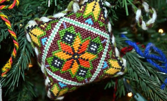 В українському музеї Чикаго ялинку прикрасили вишитими вручну іграшками