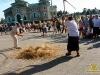 молотити ціпами зерно