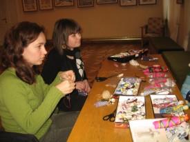 Під час майстер-класу з виготовлення ляльки-мотанки