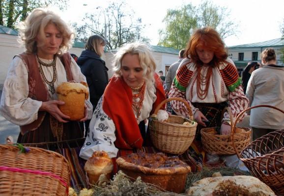 Жінки відбирають паски для спільного пригощання