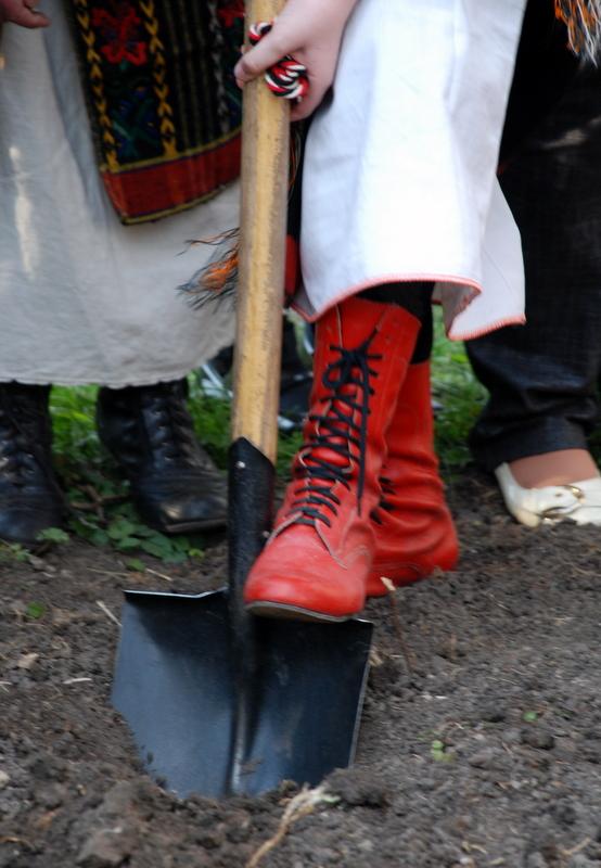 """Обряд закопування горщика з кашею у землю, """"щоб ходили хлопці на нашу вулицю""""."""