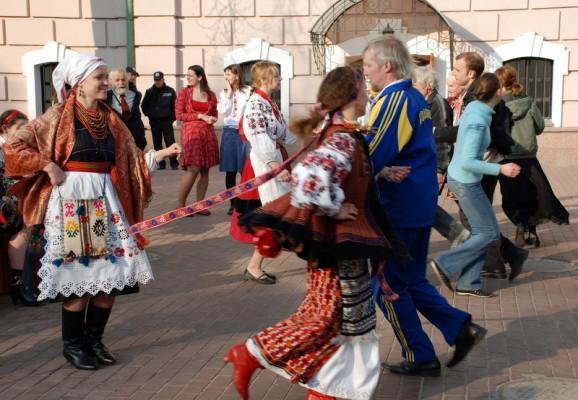 Народні танці під час Великодніх забав в музеї Івана Гончара