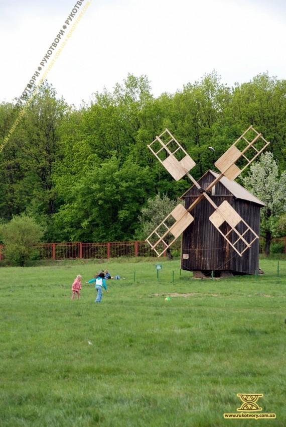 До свята у Пирогові оновили кілька вітряків