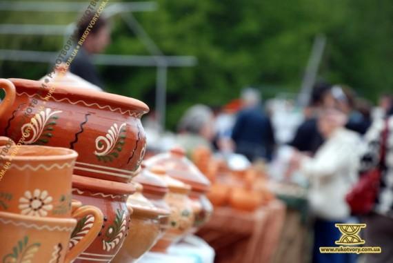 Перший весняний ярмарок у Пирогові вважається найбагатшим на крам майстрів