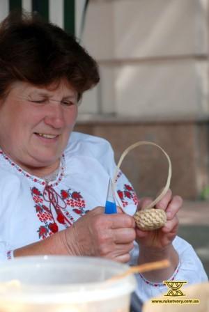 Раїса Корякіна плете підставку для писанки