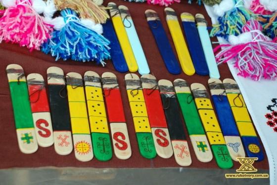 Дитяча іграшка з дерева - ФУРКАЛО. На ярмарку можна бцло знайти й вироби з дерева.