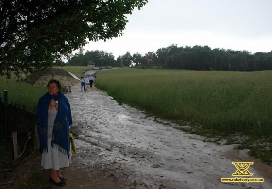 Після дощу битий шлях на території Пирогова розкис