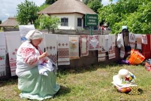 Під час ярмарку у Пирогові. Червень, 2009