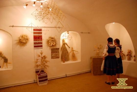 Підвальна зала Музею Гетьманства, де триває виставка солом'яних виробів Ірини Білай та її учнів