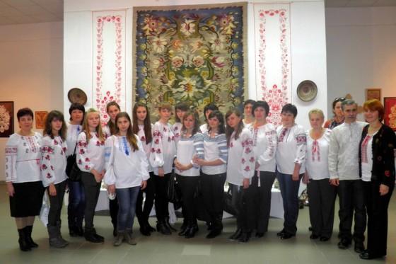Учні та викладачі Колегіуму мистецтв в Опішному
