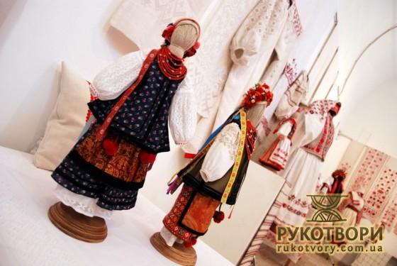 Лялькам майстер створював головні убори та збирав до купи готові частини вбрання