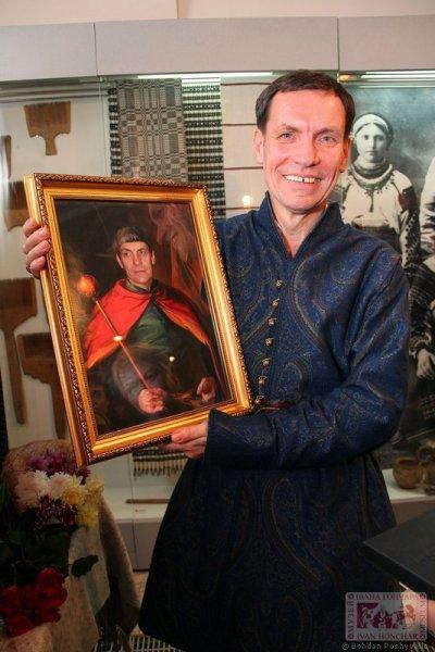 """Гурт вишивальниць """"Макоша"""", з якими Юрій Мельничук співпрацює 20 років, подарували йому вишуканий портрет, де зобразили ювіляра в образі гетьмана з булавою."""