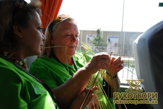 Марія Кравчук показує майстер-клас прямо в автобусі