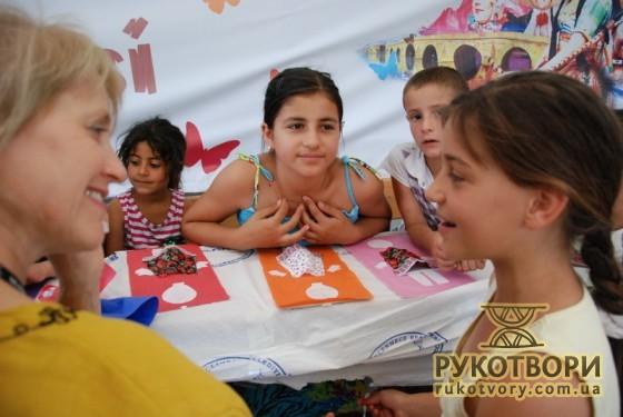 Анна Константінова слухає, як співає турецька дівчинка