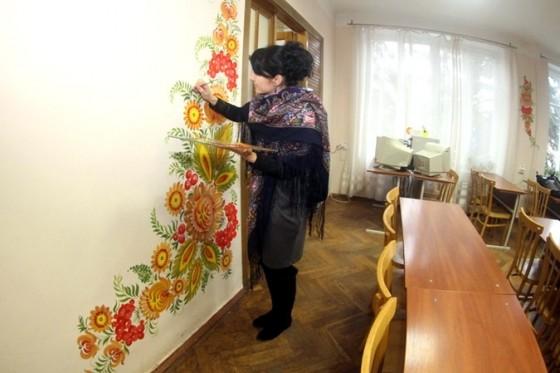 Майстриня за роботою: завершує прикрашати бібліотеку медучилища. Фото: Павло Дацковський
