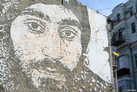 Портрет Сергія Нігояна на Михайлівській площі, створений португальським художником Алешандре Фарту