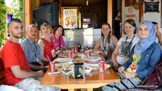 Українська група майстрів з турецькою волонтеркою