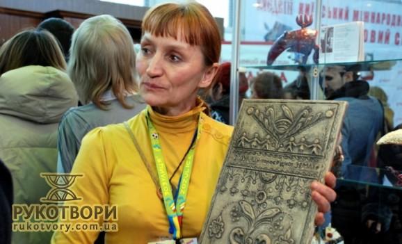 У Києві створили символічні глиняні таблички на зразок шумерських