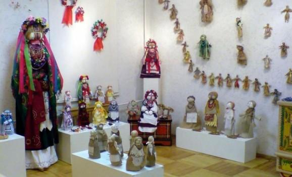 Виставка рушників, віночків, кераміки, ляльок, виробів з соломки та лози