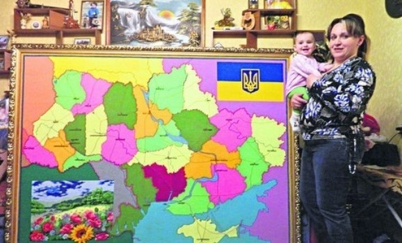 Майстриня вишила двометрову карту України