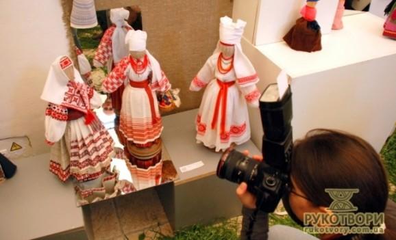 Виставка ляльок в українському вбранні та збірка вишивки Юрія Мельничука
